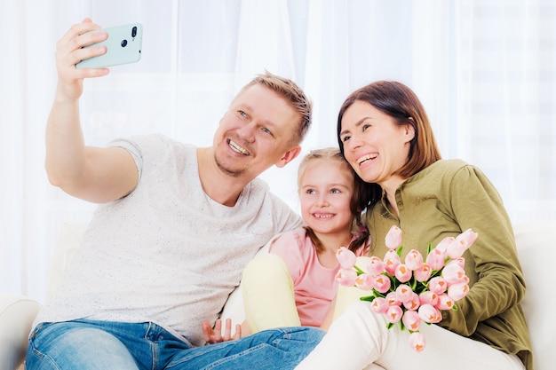 어머니의 날에 축제 선물로 셀카를 복용하는 행복한 가족 프리미엄 사진
