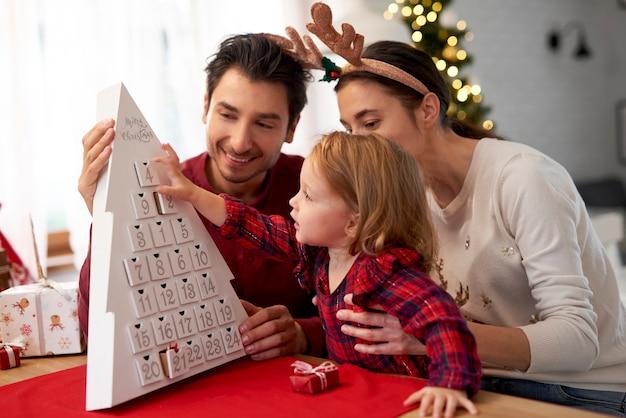 크리스마스를 기다리는 행복 한 가족 무료 사진