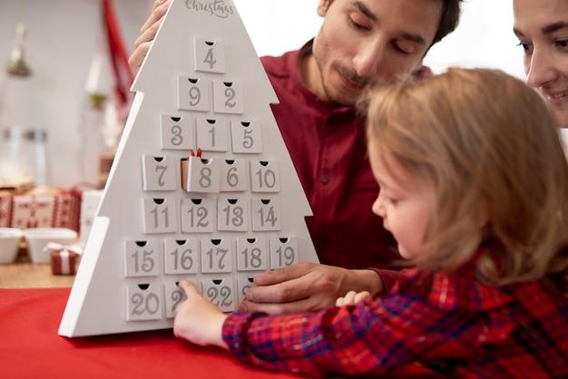 크리스마스 시간에 아기와 함께 행복 한 가족 무료 사진
