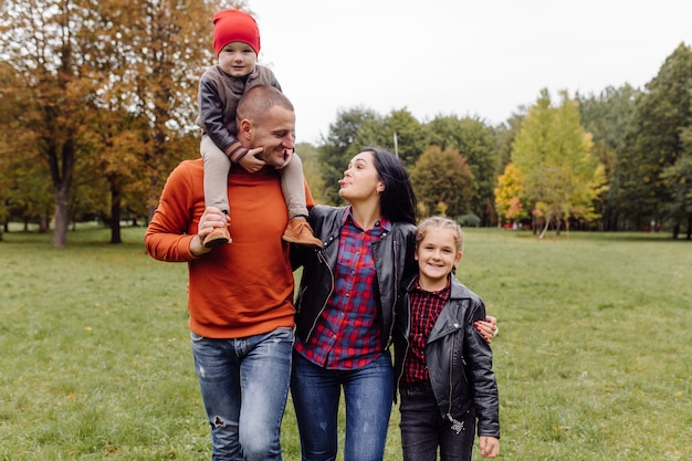 Счастливая семья с детьми в парке Бесплатные Фотографии