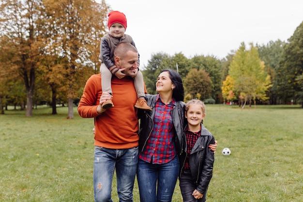 Famiglia felice con bambini nel parco Foto Gratuite