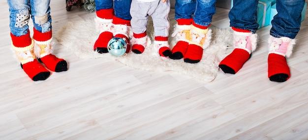 クリスマスの靴下で幸せな家族。冬の休日のコンセプト。 3人の子供 Premium写真