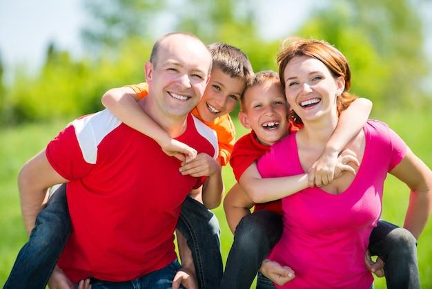 Счастливая семья с двумя детьми на природе Бесплатные Фотографии
