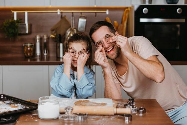 幸せな父と娘が家で一緒に料理 Premium写真