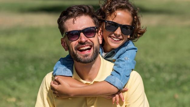 Padre e figlio felici che si divertono insieme al parco Foto Gratuite