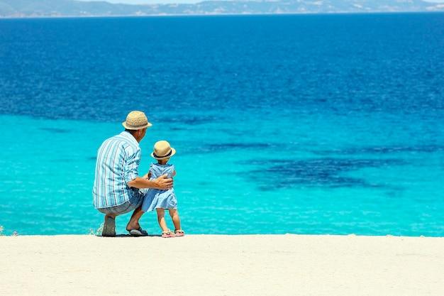 海のそばで子供と幸せな父 Premium写真