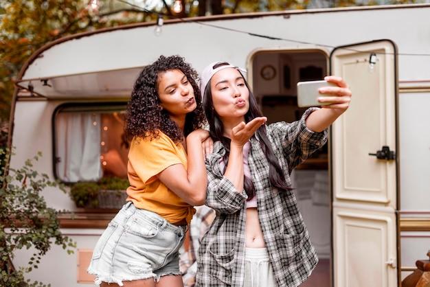 Счастливые подруги фотографируют себя Бесплатные Фотографии