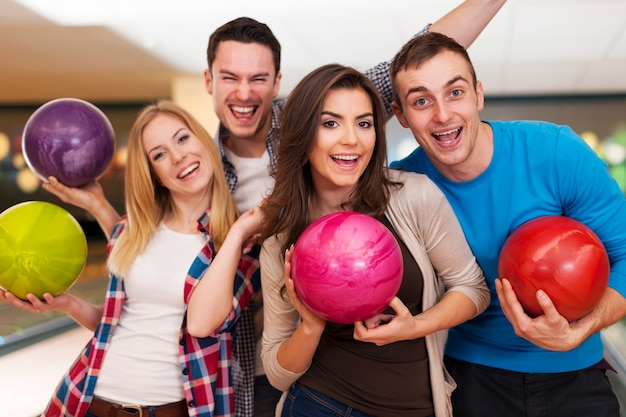 Happy amici bowling insieme Foto Gratuite
