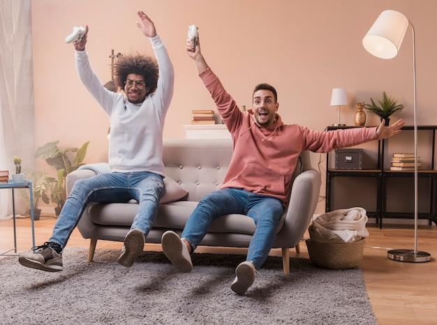 ゲームの勝利を祝う幸せな友達 無料写真