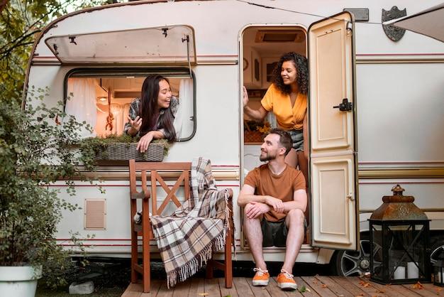 Счастливые друзья в фургоне, дальний план Бесплатные Фотографии