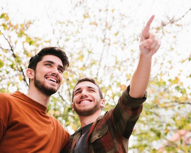 Счастливые друзья смотрят вдаль Бесплатные Фотографии