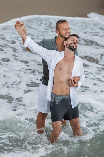 海辺で幸せな同性愛者のカップル 無料写真