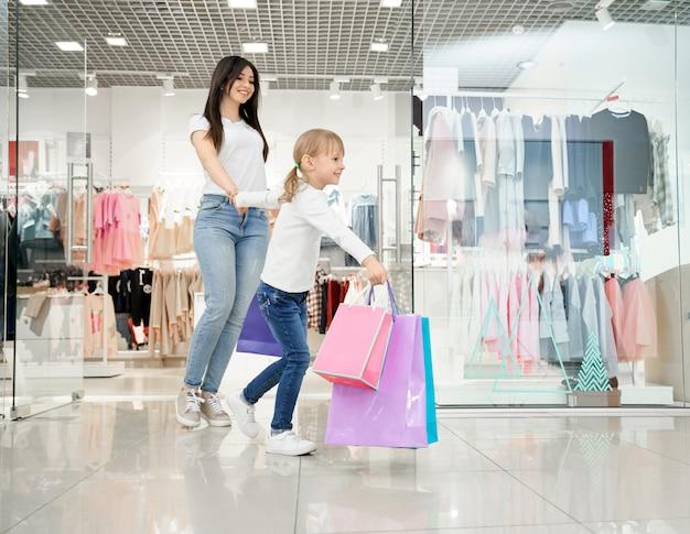 현대 백화점에서 걷는 행복 한 소녀와 어머니. 무료 사진
