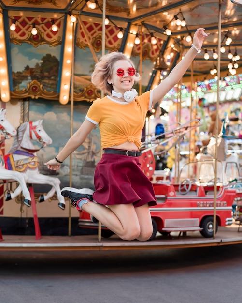 Счастливая девушка в парке развлечений Бесплатные Фотографии