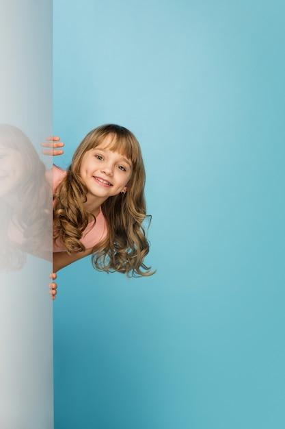 블루 스튜디오 벽에 고립 된 행복 한 여자 무료 사진