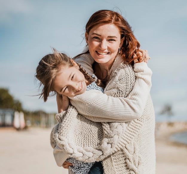Ragazza felice e madre che hanno divertimento insieme Foto Gratuite