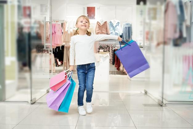 많은 가방 쇼핑 센터에서 포즈 행복 소녀. 무료 사진