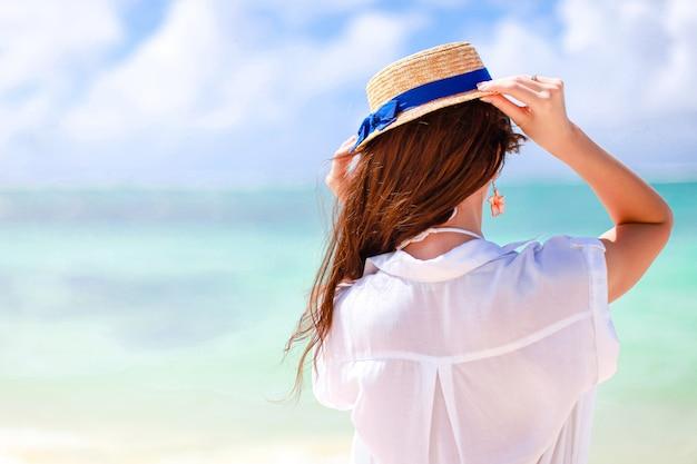 幸せな少女、カリブ海の島の海で青い空と青緑色の水 Premium写真