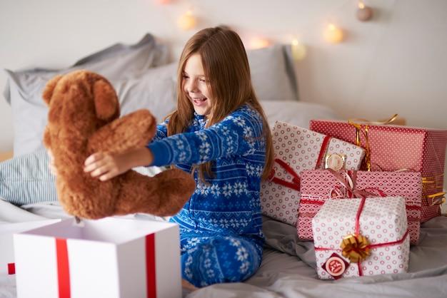 Счастливая девушка с рождественским подарком Бесплатные Фотографии