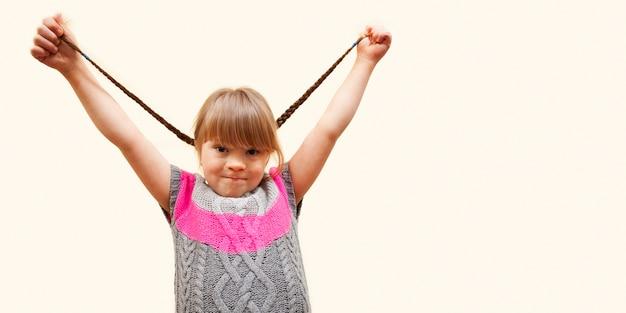 Счастливая девушка с синдромом дауна и копией пространства Бесплатные Фотографии