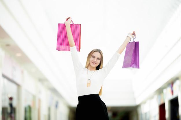 دختر شاد با کیسه های خرید