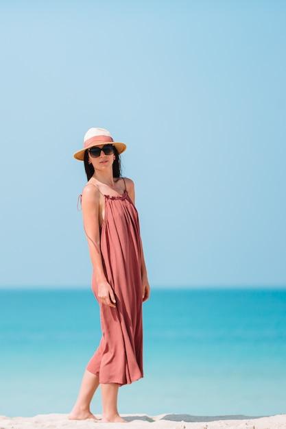 幸せな女の子と青い空とカリブ海の島の海の青緑色の水 Premium写真