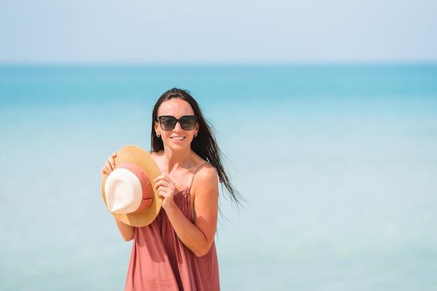 青い空と海の青緑色の水と幸せな女の子 Premium写真