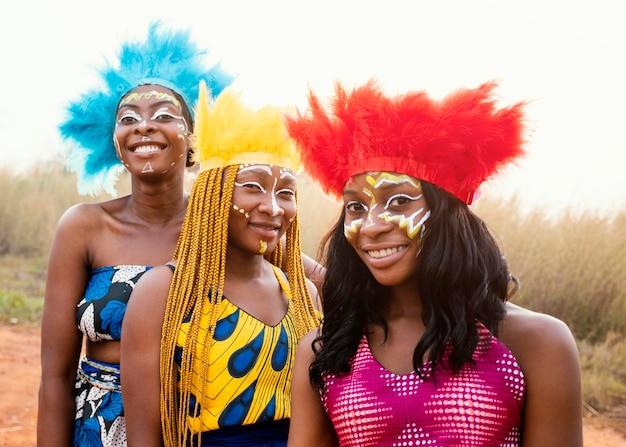 Felice gruppo di amici al carnevale africano Foto Gratuite