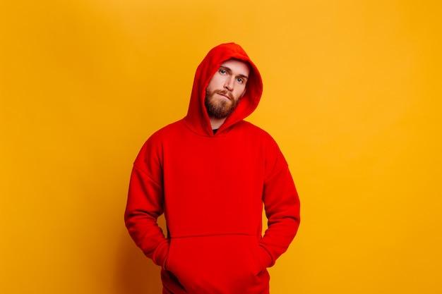 Счастливый красивый брутальный мужчина-медведь в теплой красной зимней модной флисовой толстовке Бесплатные Фотографии