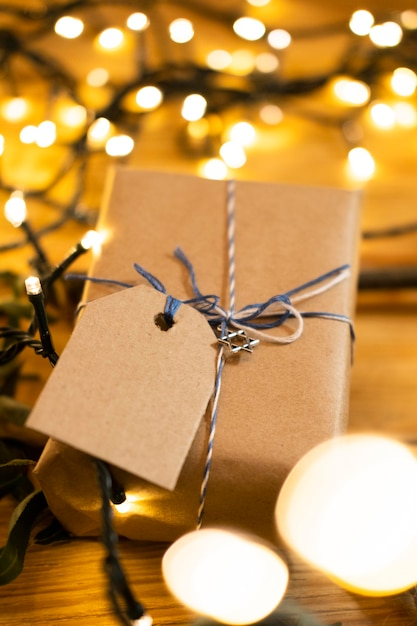 Счастливый традиционный праздничный подарок хануки и размытые огни Бесплатные Фотографии