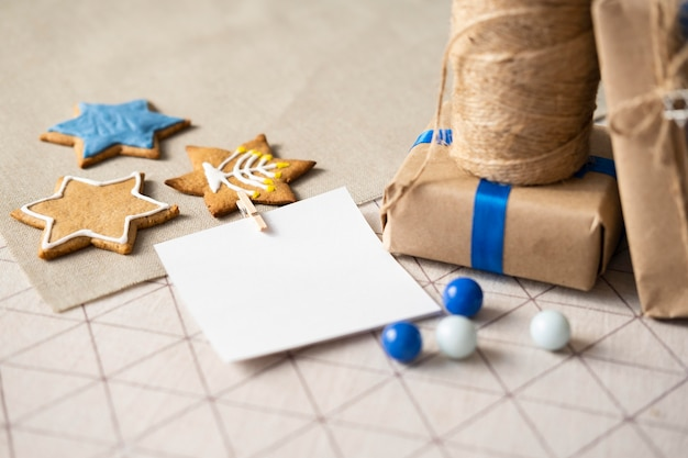 Подарки и печенье счастливого традиционного фестиваля хануки Бесплатные Фотографии