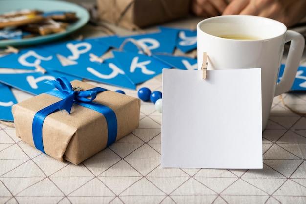 Счастливый традиционный фестиваль хануки с чашкой кофе Premium Фотографии
