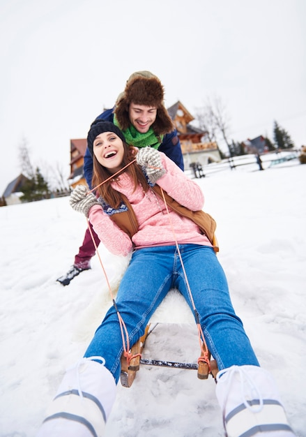 雪の上の冬の間の幸せな休日 無料写真