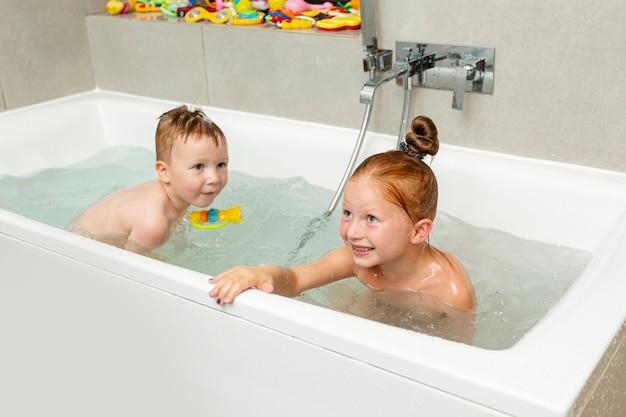 Bambino Nella Vasca Da Bagno.Foto Gratis Bambini Felici Che Giocano Nella Vasca Da Bagno