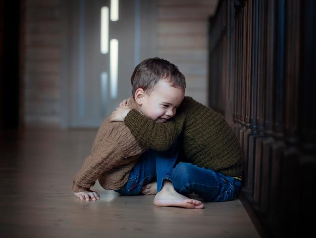 Счастливые дети братья близнецы обнимаются Premium Фотографии