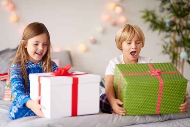 Счастливые дети с рождественскими подарками Бесплатные Фотографии