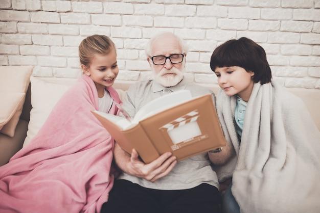 Дедушка и happy kids смотреть фотоальбом. Premium Фотографии