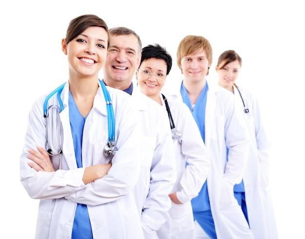 Medici femminili che ridono felici in camici dell'ospedale in fila Foto Gratuite