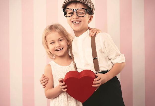 バレンタインデーの幸せな小さなカップル 無料写真