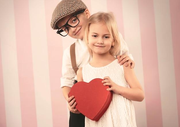 バレンタインの贈り物と幸せな小さなカップル 無料写真
