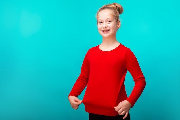 Счастливая маленькая белокурая девушка Premium Фотографии