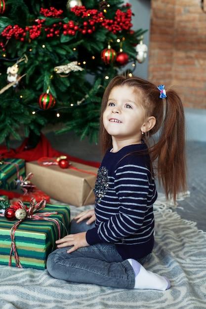 Счастливый маленькая девочка открытия подарки. Premium Фотографии