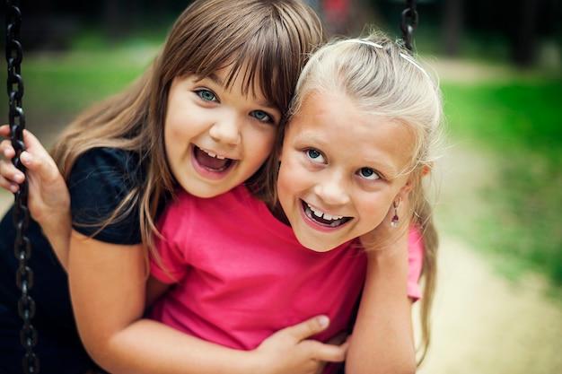 공원에서 스윙하는 행복 한 어린 소녀 무료 사진