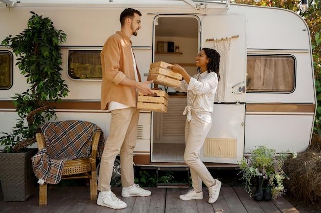 행복 한 사랑 부부는 트레일러에서 캠핑, Rv 근처 조항을 보유하고 있습니다. 남자와 여자는 밴, 캠핑카에서의 낭만적 인 휴가, 캠핑카의 캠핑 레저 프리미엄 사진