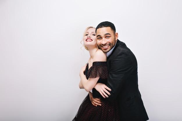 Счастливые прекрасные моменты милая влюбленная пара обниматься. роскошное вечернее платье, выражающее настоящие положительные эмоции, счастье вместе, потаенные вещи. Бесплатные Фотографии