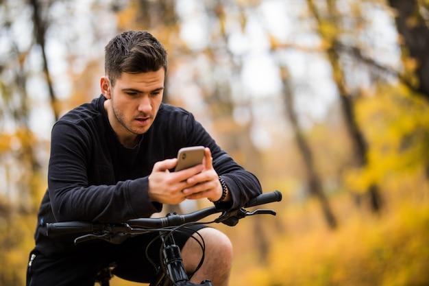 Счастливый человек велосипедист едет в солнечном лесу на горном велосипеде. приключенческое путешествие. Бесплатные Фотографии