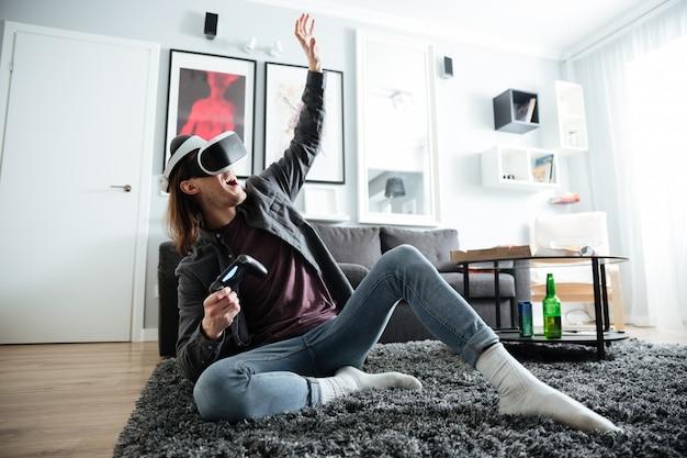 L'uomo felice all'interno gioca con gli occhiali di realtà virtuale 3d Foto Gratuite