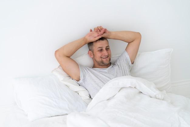 幸せな男が寝室に敷設 無料写真
