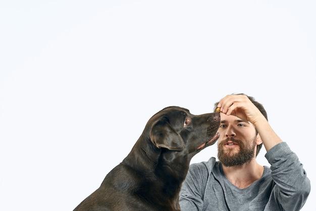 彼の犬、自宅で犬と隔離と隔離のソファーで幸せな男 Premium写真
