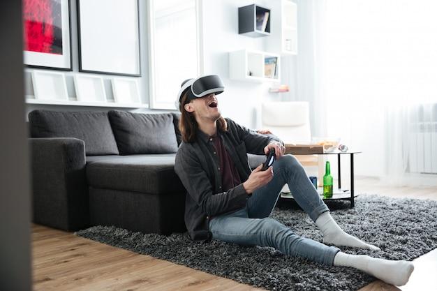 L'uomo felice gioca con gli occhiali di realtà virtuale 3d Foto Gratuite